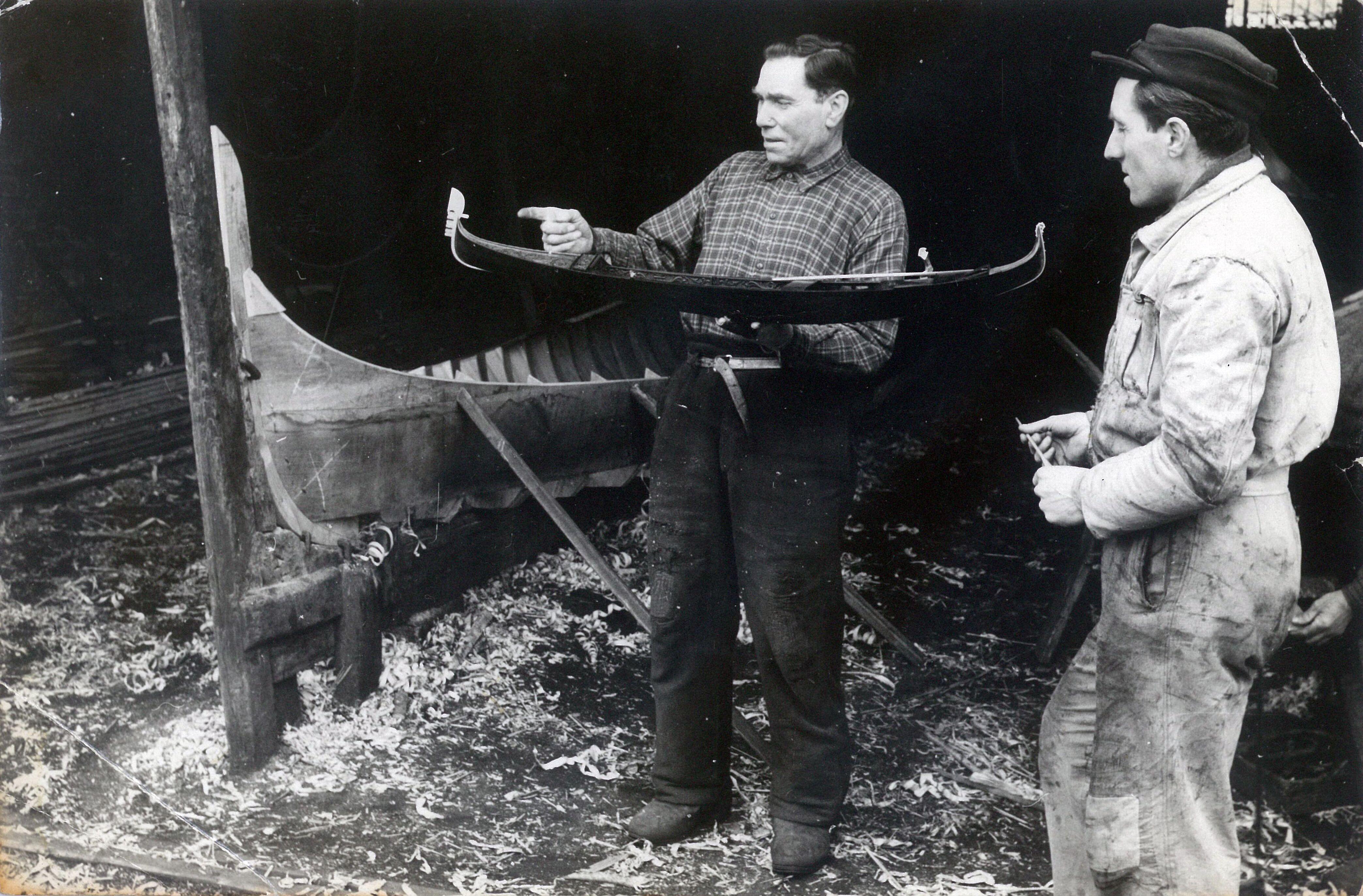 Giovanni e Nedis Tramontin allo squero Venezia con modello di gondola in scala 1:10